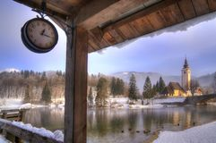 La Slovenia, lago Bohinj - immagine di inverno con nebbia Fotografia Stock