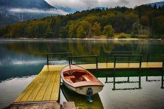 La Slovenia, lago Bohinj, porto con la barca Immagine Stock