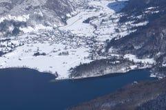 La Slovenia, panorama sopra il lago Bohinj - immagine di inverno Immagini Stock