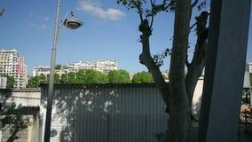 La SNCF transilien llegada de la ventana del tren rápidamente en la estación almacen de video