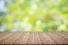 La sobremesa de madera en verde de la naturaleza empañó el fondo, para el yo del montaje Imagen de archivo libre de regalías