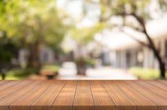 La sobremesa de madera vacía en jardín empañó el fondo, espacio para el MES Imagen de archivo