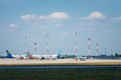 La société aéronautique Ukraine International Airlines et Anex voyagent dans l'aéroport de Boryspil Photographie stock libre de droits