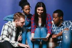 La société de jeunes amis ont l'amusement avec le comprimé Images libres de droits