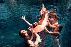 La société des amis insouciants dépensent la natation de temps dans la piscine Concept de réception au bord de la piscine de nata Images stock
