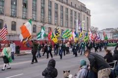 La sociedad americana irlandesa en el desfile del día del ` s de St Patrick foto de archivo