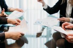 La sociedad del negocio de la negociación habla la cooperación foto de archivo libre de regalías