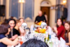 La società allegra degli amici alla tavola festiva, fuoco molle fotografia stock