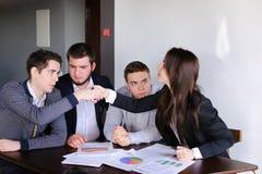 La società degli agenti di assicurazione delle donne e degli uomini presenta la proposta di parere sopra Fotografia Stock