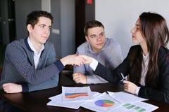 La società degli agenti di assicurazione delle donne e degli uomini presenta la proposta di parere sopra Immagine Stock