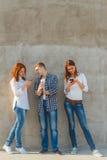 La società dei giovani con il telefono Immagini Stock Libere da Diritti