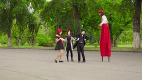 La società dei mimi fa la prestazione in parco stock footage