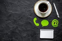 La società retroagisce il concetto con il modello scuro di vista superiore del fondo della tastiera e del caffè Immagini Stock