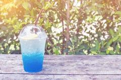 La soda blu del limone sulla tavola di legno con il fondo delle foglie verdi, è f Immagini Stock Libere da Diritti