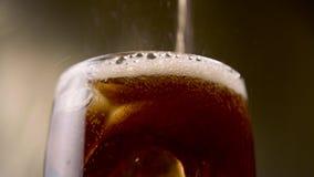 La soda gassosa dolce ha versato in un vetro alto Fine in su video d archivio