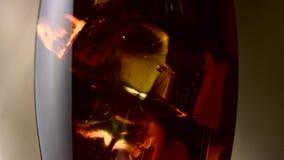 La soda gassosa dolce in un vetro alto è raffreddata Fine in su archivi video