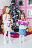 La soeur a reçu des cadeaux pour les vacances Le concept de Noël Photo stock