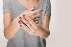 La sofferenza anziana della donna dal dolore, la debolezza e formicolare nelle cause del polso della ferita comprendono l'osteoar fotografia stock libera da diritti