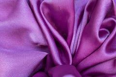 La soie pourpre élégante lisse peut employer comme fond images stock