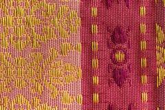 La soie thaïlandaise de conception rouge et rose Photo libre de droits