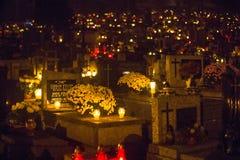 La soirée avant tout le jour de saints sur le cimetière de Rakowicki Photographie stock