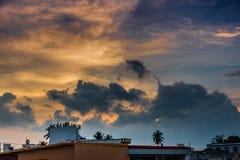 La soirée avec la tempête de pluie recueille au-dessus de Mysore, Inde Photos libres de droits