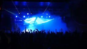 La soirée dansante de nuit avec les lumières lasers de clignotant de disco montrent Effets visuels sur l'étape pour la partie de  clips vidéos