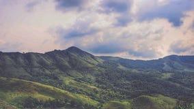 La soirée de coucher du soleil refroidissent des montagnes photographie stock