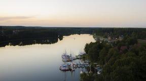 La soirée fait de la navigation de plaisance la baie Image stock