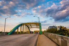 La soirée opacifie au-dessus de Howard Street Bridge colorée, dans Baltim photo libre de droits