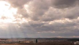 La soirée opacifie au-dessus des banlieues d'Iekaterinbourg, Russie Coucher du soleil Image libre de droits