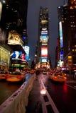 La soirée pluvieuse comme trafic approche le Times Square, Manhattan Photographie stock libre de droits