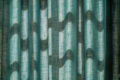 La sol caliente en las cortinas azules, textura, fondo Fotografía de archivo