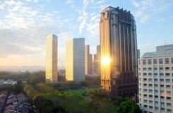 La sol golpea un edificio en Singapur céntrico Fotografía de archivo