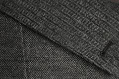 La solapa y el bolsillo de un tweed de lana gris cubren Imagen de archivo