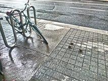 la soledad, tres pájaros y una bicicleta imagen de archivo libre de regalías
