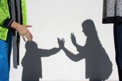 La sombra de jugar a niños foto de archivo