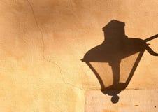 La sombra de la lámpara de calle en la pared Imágenes de archivo libres de regalías