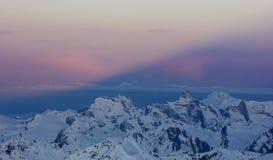 La sombra de la montaña imágenes de archivo libres de regalías