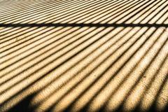 La sombra de la luz que pasa a través de la cerca foto de archivo libre de regalías