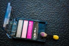 La sombra de ojos coloreada en una caja rectangular es sombras rosadas y grises para los ojos Imágenes de archivo libres de regalías