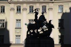 La sombra de San Jorge y el dragón en Suecia imagenes de archivo