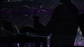 La sombra de un dinero de las cuentas del hombre cerca del ordenador con los fuegos artificiales metrajes