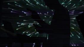 La sombra de un dinero de las cuentas del hombre cerca del ordenador con los fuegos artificiales almacen de video