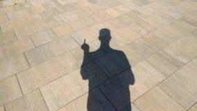 La sombra de un hombre que muestra un gesto obsceno almacen de metraje de vídeo