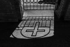 La sombra de una cruz en la tierra Sombra cruzada Fotos de archivo libres de regalías