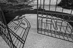 La sombra de una cruz en la tierra Sombra cruzada Fotos de archivo