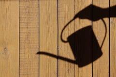 La sombra de una mano con la regadera Imagenes de archivo