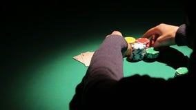 La sombra del banco que gana afortunado del jugador de póker en el casino, hombre tiene éxito en el juego almacen de video