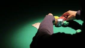 La sombra del banco que gana afortunado del jugador de póker en el casino, hombre tiene éxito en el juego metrajes